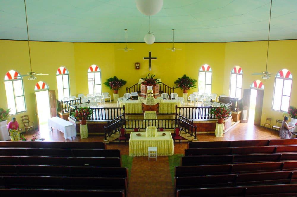 Intérieur du temple protestant d'Arue, Tahiti.
