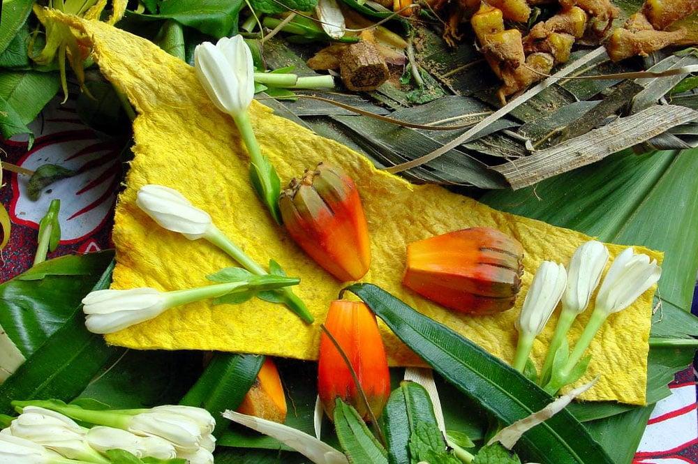 Tapa teinté en jaune avec du Rea Tahiti