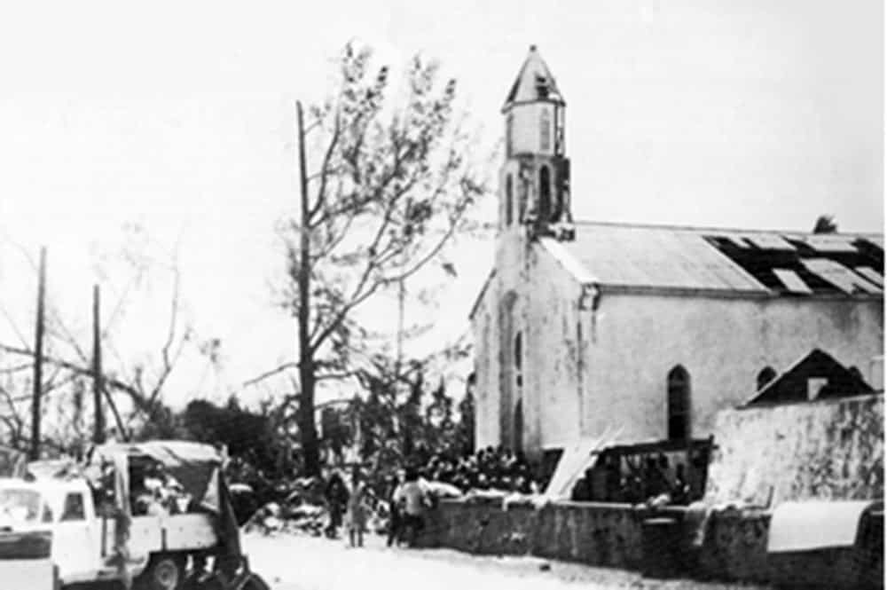 L'église Saint-Joseph de Tukuhora à Anaa lors du cyclone de 1983. Coll. Tahiti Heritage