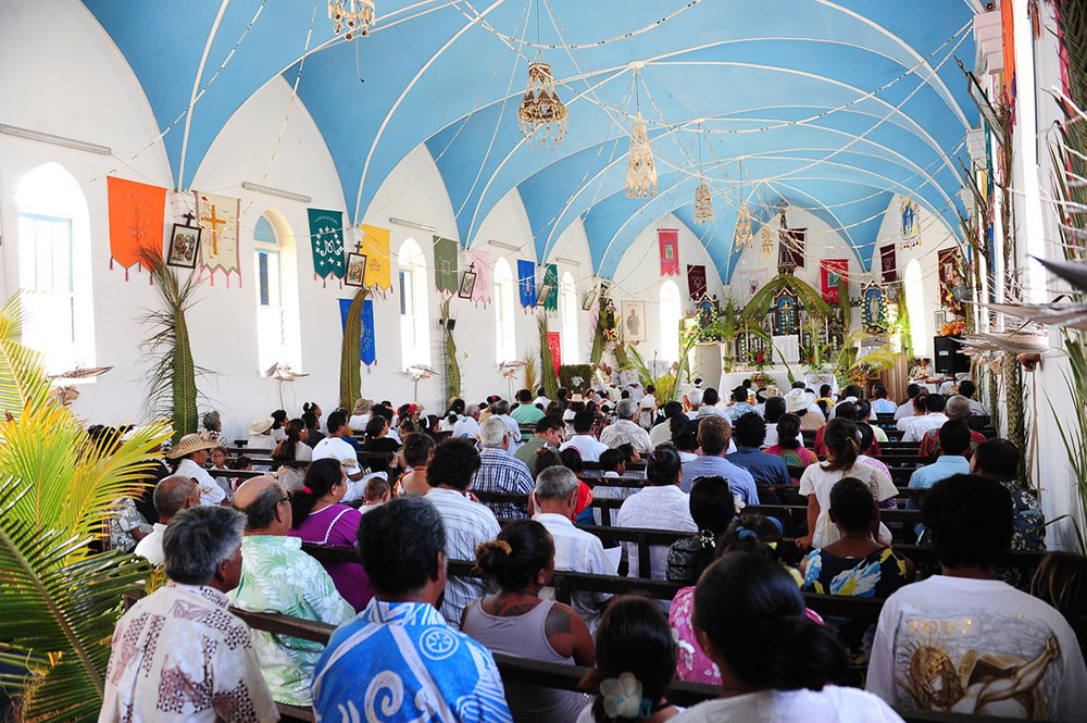 Intérieur de l'église de Tukuhora à Anaa. Photo Luca Gargano