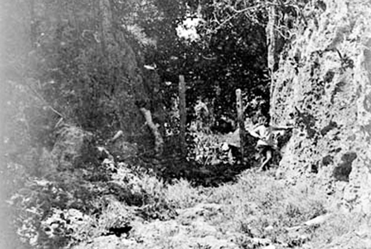 Descente de Moumu, Makatea. Photo National Archives Australia