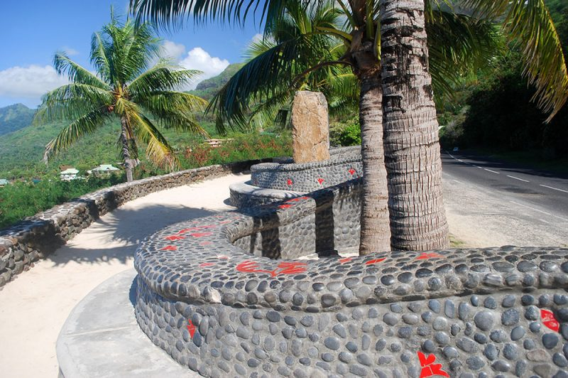 Stèle des victimes du crash de Moorea en 2007 © Tahiti heritage