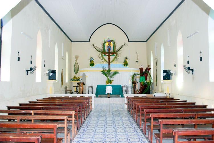 Intérieur de l'église Jeanne d'Arc de Puka Puka