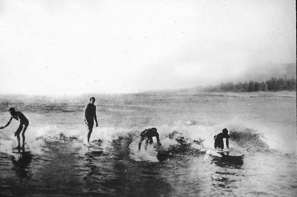 Surfeurs à Hitiaa en 1914 - Photo Bjarne-Kroepelien