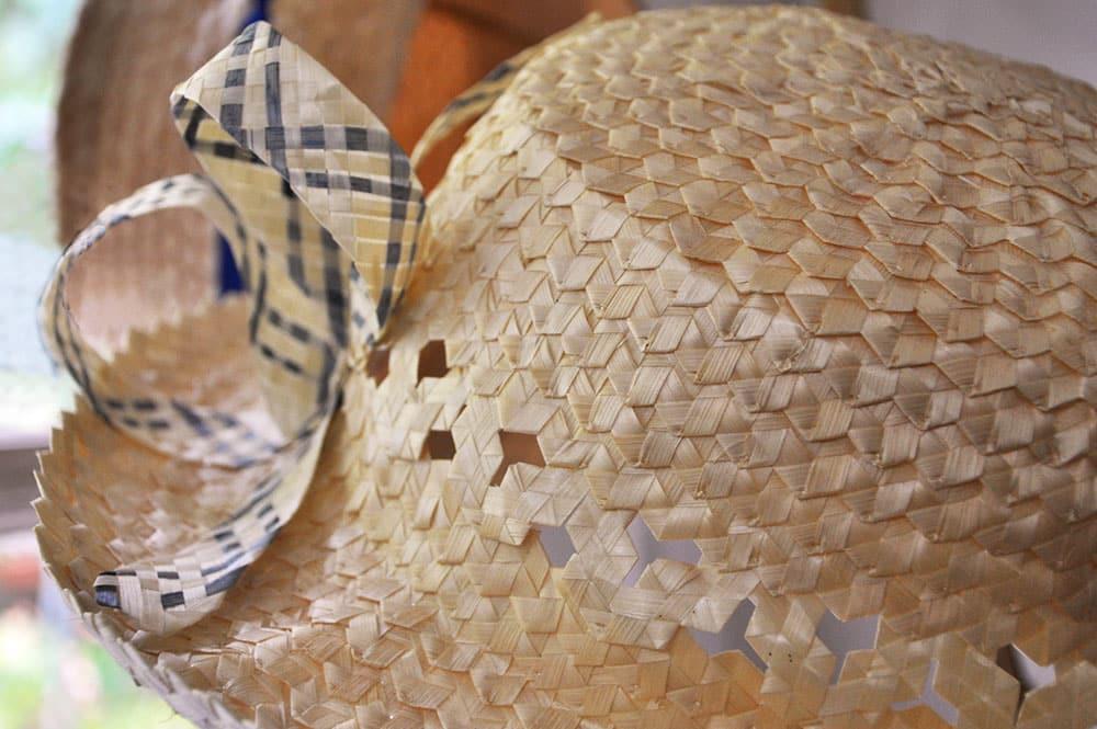 Chapeau de paille d'italie avec des fibres de chouchoute