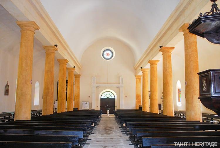 Intérieur de la cathédrale Saint-Michel, vue vers l'entrée. Mangareva Gambier 2012 © Tahiti Heritage