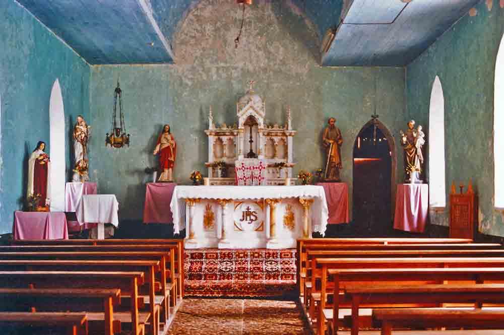 Intérieur de l'ancienne église d'Amanu en 1985. Photo Philippe Reichert