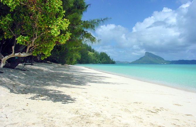 La plage d'Aukena, au Gambier, la plus belle plage du monde © Tahiti Heritage