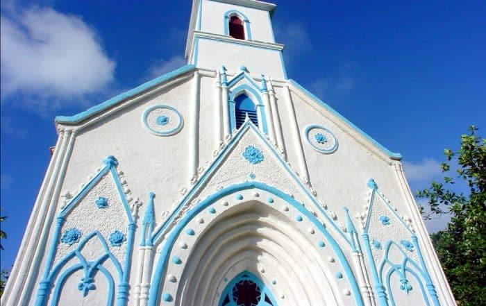 Fronton de l''église de Taravai aux Gambier blanche et bleu de la Vierge. © Tahiti Heritage