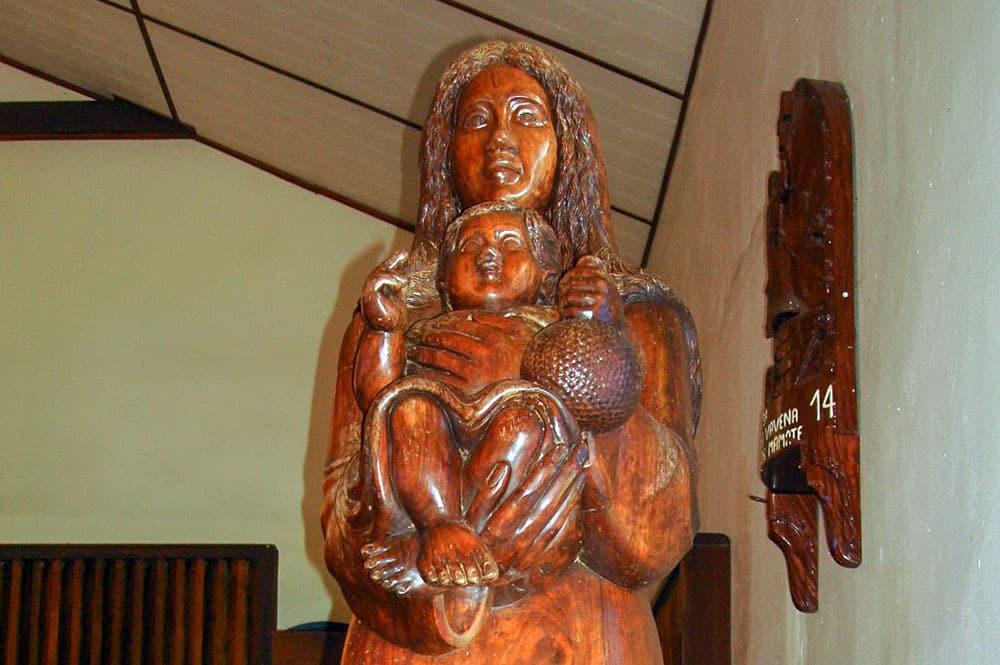 Vierge et l'enfant de l'église Sainte-Thérèse-de-l'Enfant-Jésus de Hane à Ua Huka