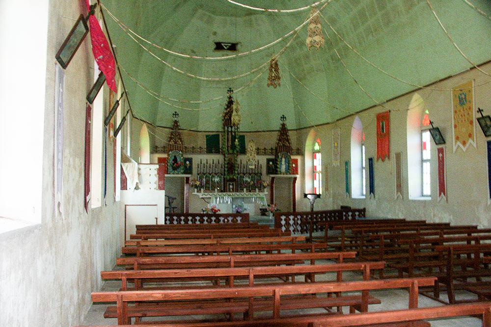 Intérieur de l'église Saint-Etienne de Tematahoa, à Anaa. 2003 © Tahiti Heritage