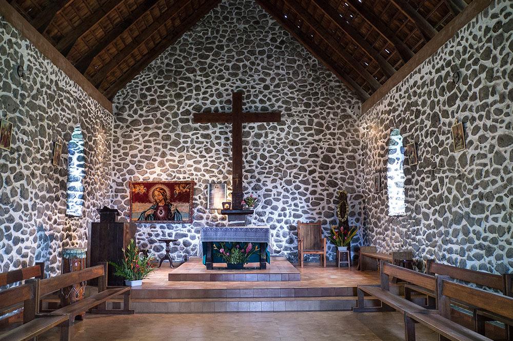Intérieur de l'église Notre-Dame du Sacré-Coeur, à Taaoa, Hiva Oa. Photo Rita Willaert