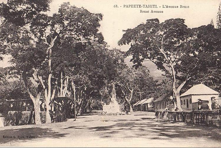 Monument aux morts au centre de l'avenue Bruat à Papeete en 1923. G. Spitz