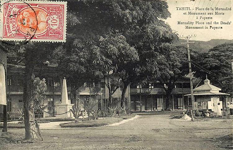 Monument aux morts du 25 octobre 1918, place de la Mutualité à Papeete vers 1920. L Gauthier