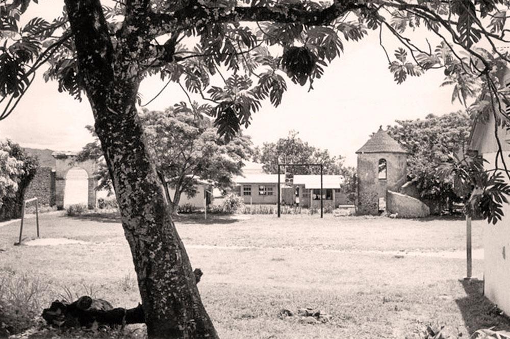 La tour du roi au fond du terrain de foot en 1965. Rikitea. Photo météo Bracon