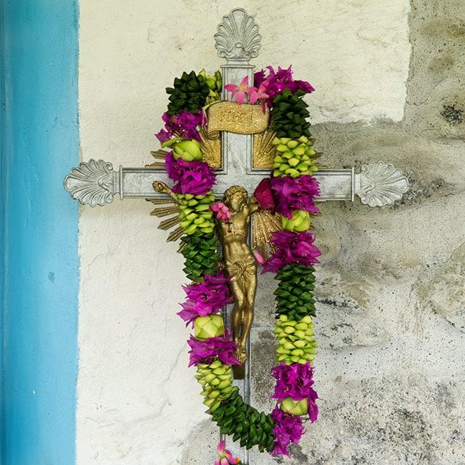Croix d'autel à l'entrée de l'église Notre Dame de la paix de Tautira © Tahiti Heritage 2018