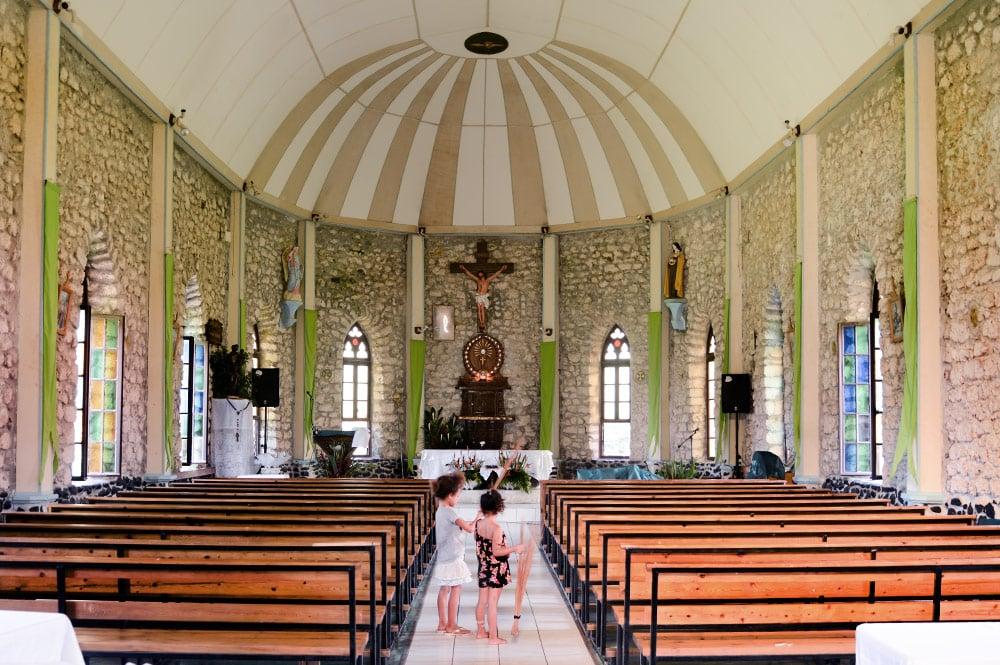 Intérieur de l'église Notre-Dame de la Paix de Tautira