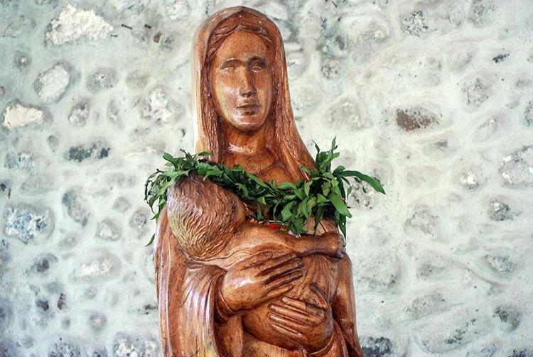 Statue de la Vierge de l'église Notre-Dame de la Paix de Tautira