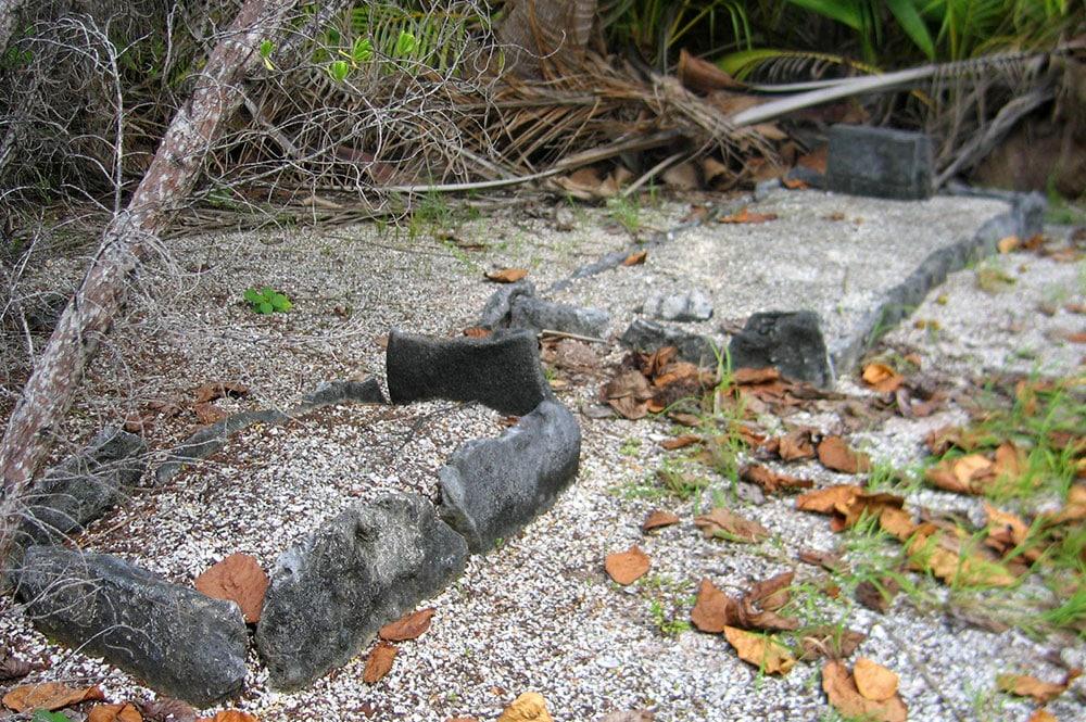 Tombe a coté de la mâchoire de Marau à Motutunga