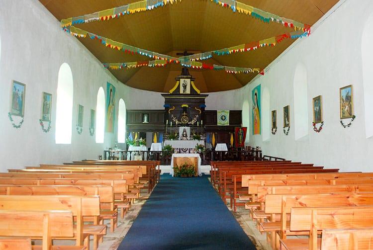 Intérieur de l'église Notre Dame de Paix d'Akamanu , Gambier © Tahiti Heritage