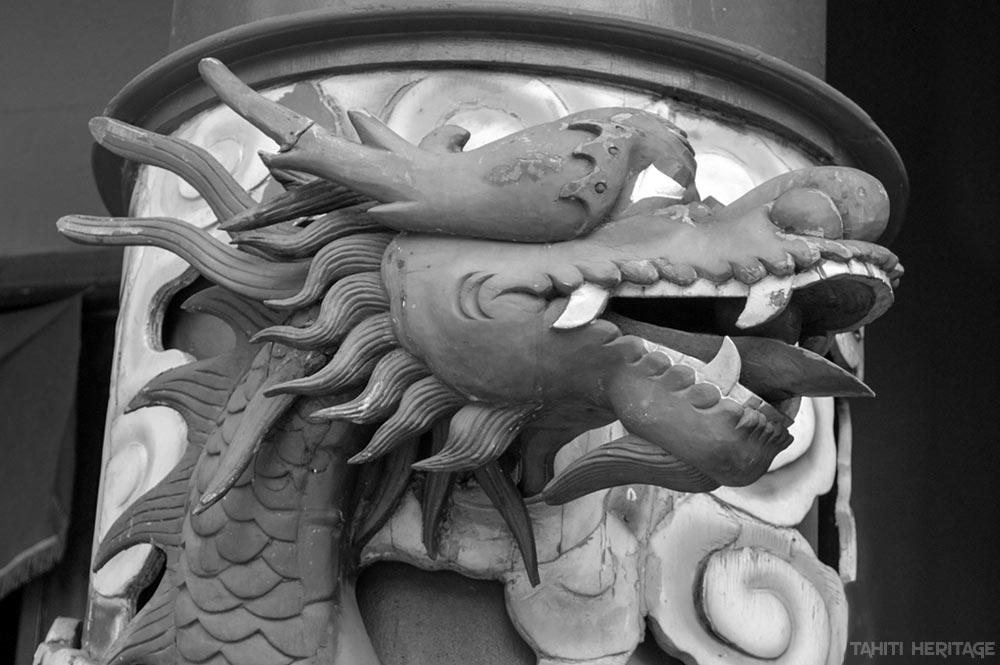 L'un des deux dragons de l'entrée du temple chinois de Papeete © Tahiti Heritage