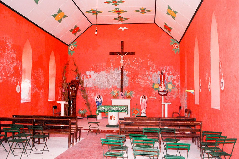 Intérieur de la chapelle Saint-Nicolas de l'ancien village de Fakahina © Tahiti Heritage