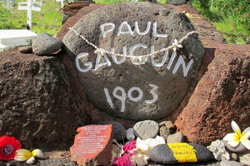 Pierre de la tombe du peintre Paul Gauguin. Photo Elsa Fernicle