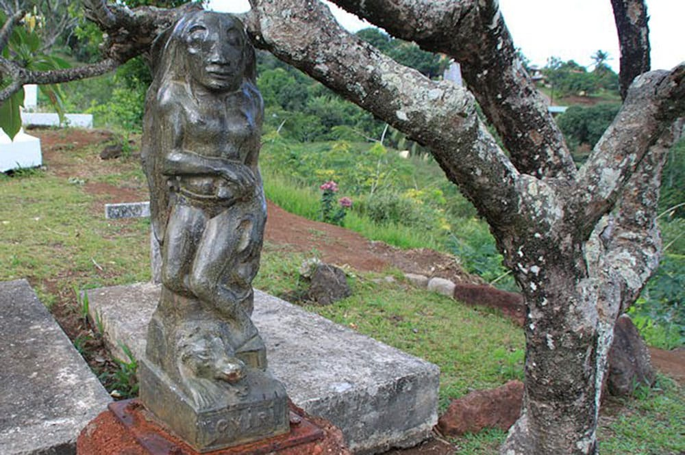 Bronze d'Oviri sur la tombe du peintre Paul Gauguin.