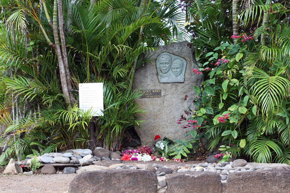 Tombe de Jacques Brel, cimetière d'Atuona, Hiva Oa. Photo Bruno Lupan