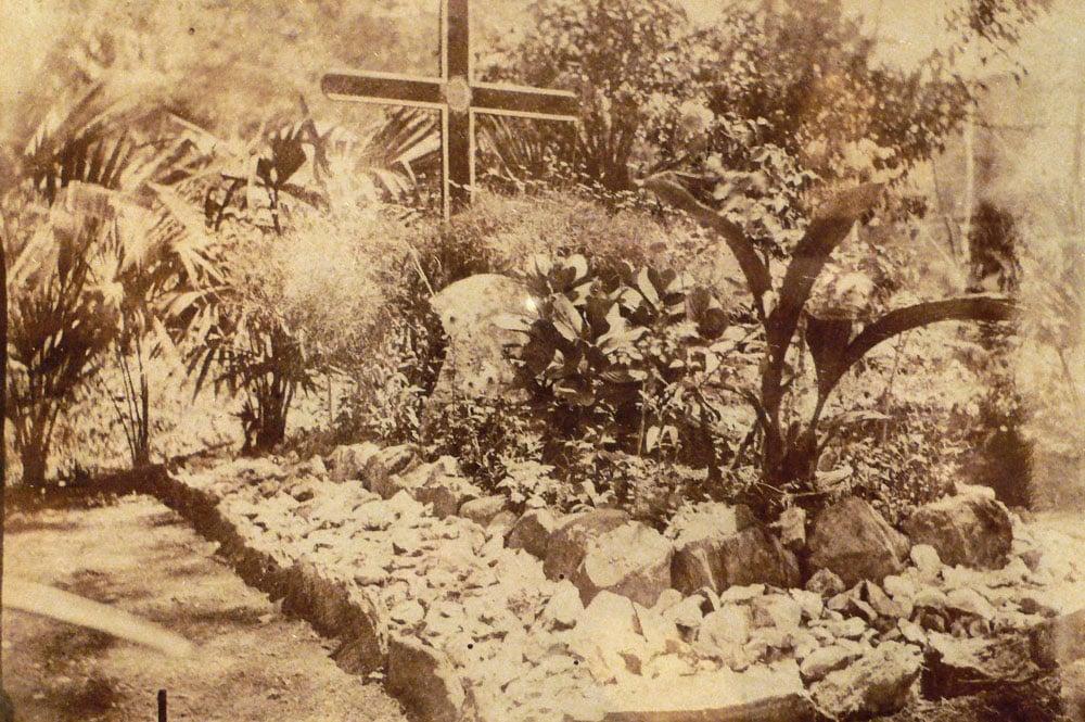 Tombe de Paul Gauguin, en 1909; au cimetière d'Atuona,