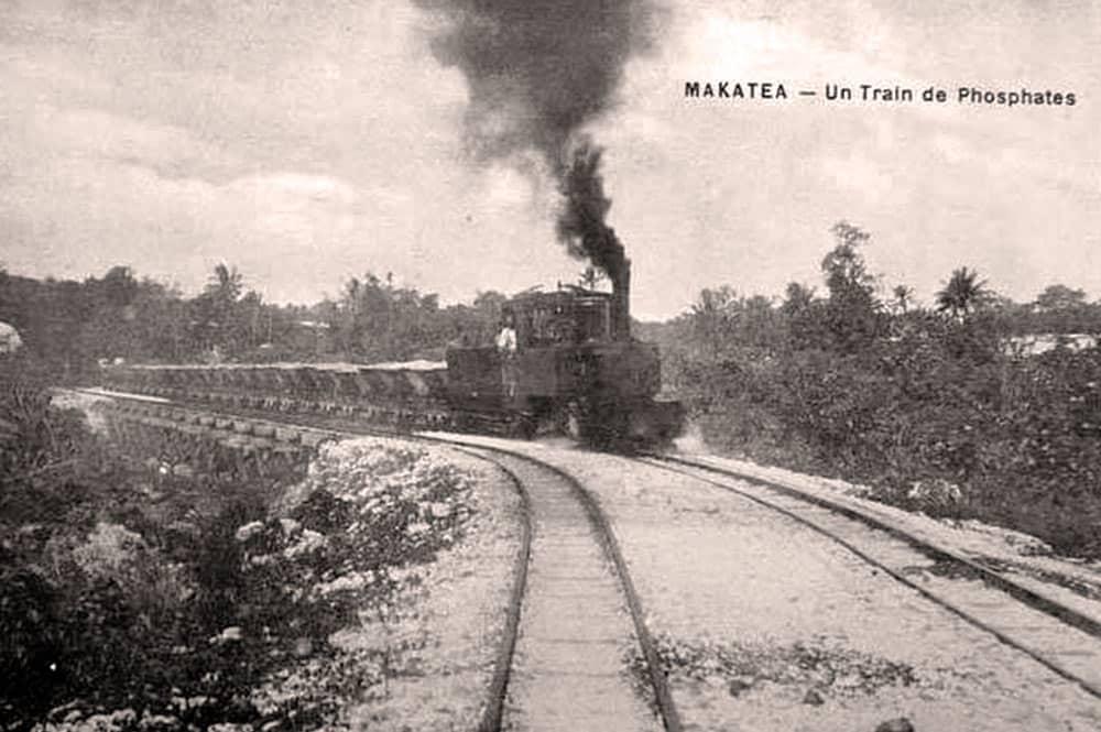 Train avec des wagonnets de phosphate à Makatea