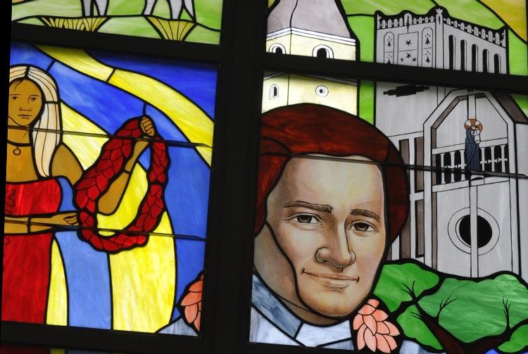 Détail du vitrail du Lycée du Sacré-Cœur de Taravao representant Jean-Marie de La Mennais devant les églises de Ploërmel et de Taravao. Photo Saga70