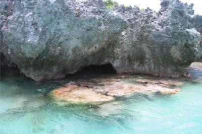 Entrée de la grotte Faitiga du sud de Anaa © Tahiti Heritage