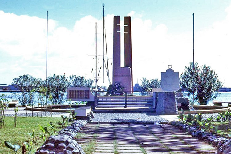 """Monument de Gaulle, dit """"la clé à molette"""" avenue Bruat en 1995 © Tahiti Heritage"""