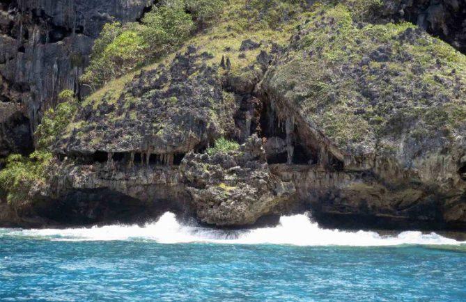 La grotte en dentelles de Rurutu, vue de la mer. Photo isaetchristianatahiti