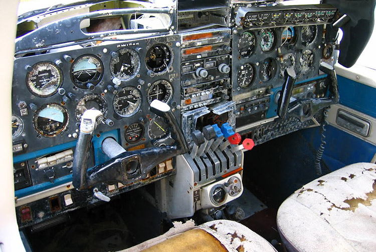 Epave d'avion sur l'ancien piste d'aviation de l'atoll de Arutua. Photo Mermoz