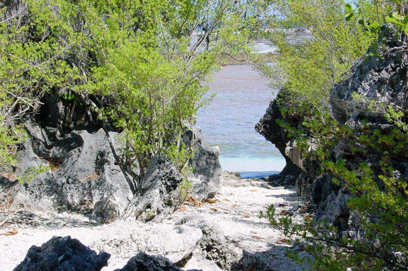 Bain et cloche de Hina, a Tikehau © Tahiti Heritage