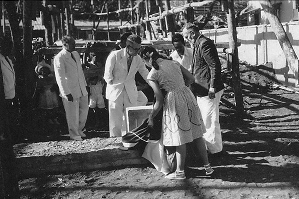 Pose de la première pierre du temple de Bethel de Papeete en 1957 par le pasteur Rey-Lescure