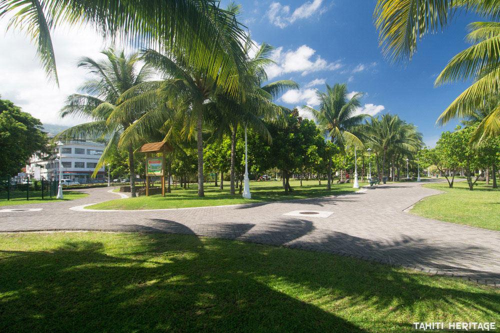 Le grand hôtel vu des jardins de Paofai en 2016
