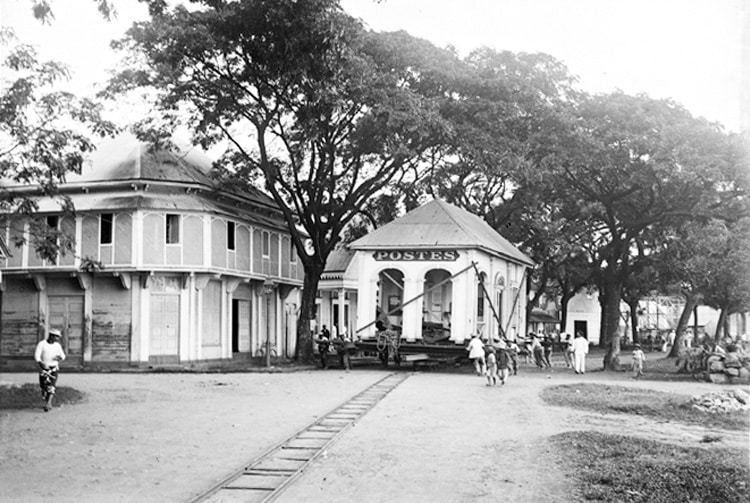 Déplacement de l'hôtel des Postes de Papeete en 1902 Photo Lemasson
