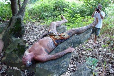 Raymond Graffe testant la pierre à accoucher de Tubuai