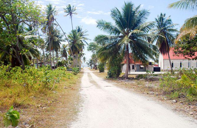 Village de Raroia, rue de l'église © Tahiti Heritage