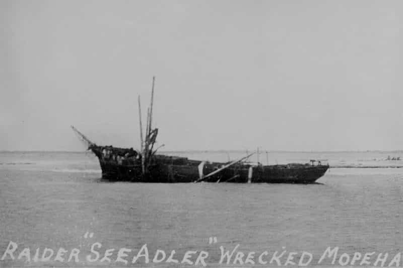 Epave du corsaire allemand Seeadler à Mopelia. State-Library of Victoria, coll. Green Allen.