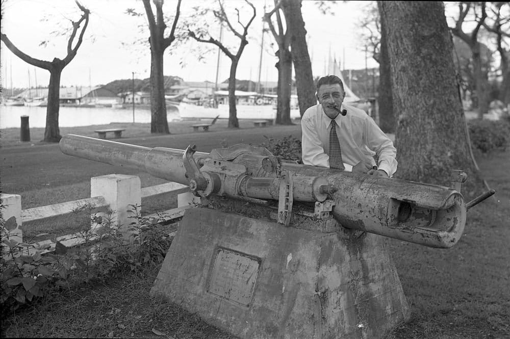 Le capitaine von Luckner devant le canon du Seeadler, parc Bougainville Papeete 1940