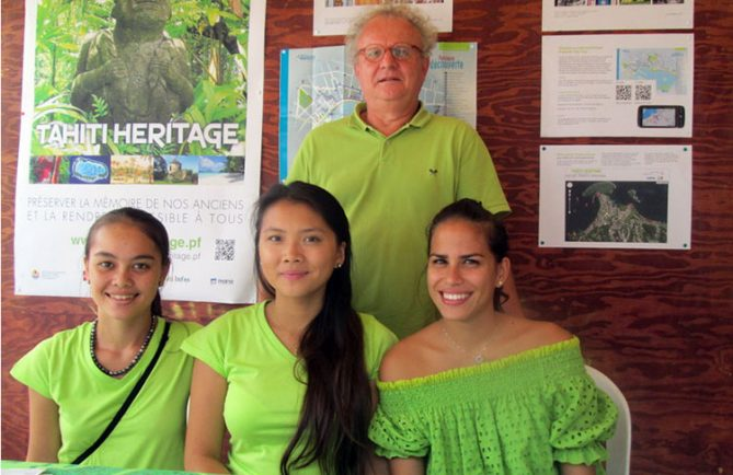 Salon des associations 2013 avec des étudiantes en BTS Tourisme