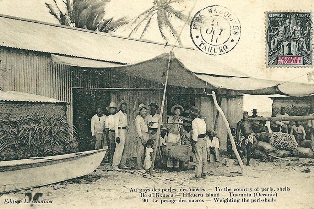 Le pesage des nacres à Hikueru. 1912. Photo Lucien Gauthier