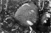 Le Pétroglyphe des jumeaux dans la vallée de Tipaerui (Papeete) en 1970