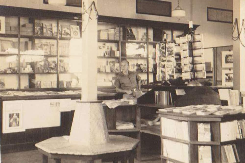 Intérieur de la Librairie Klima à Papeete en 1936. Photo Klima
