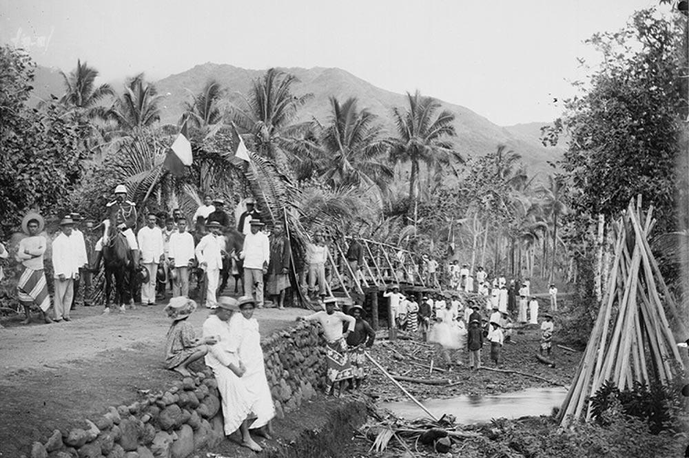 inauguration du pont sur-la rivière Vairahi à Avera en 1898. Photo Henry Lemasson