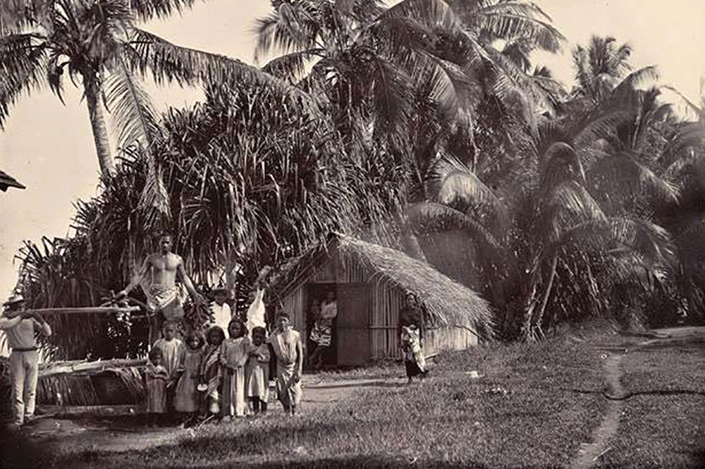 Famille de Tautira devant son fare en 1900.